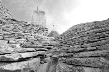 800px-Roof_of_trulli_detail_black_and_white